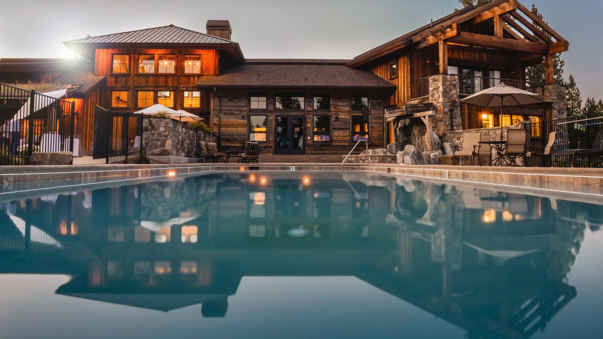 La piscine hors-sol est à la fois design et pratique